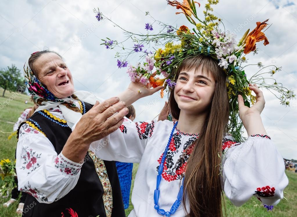Costumi di tradizionali festività ucraine - Foto di palinchak